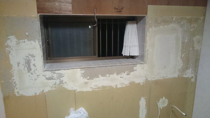 システムキッチンの吊り戸棚の取り付け