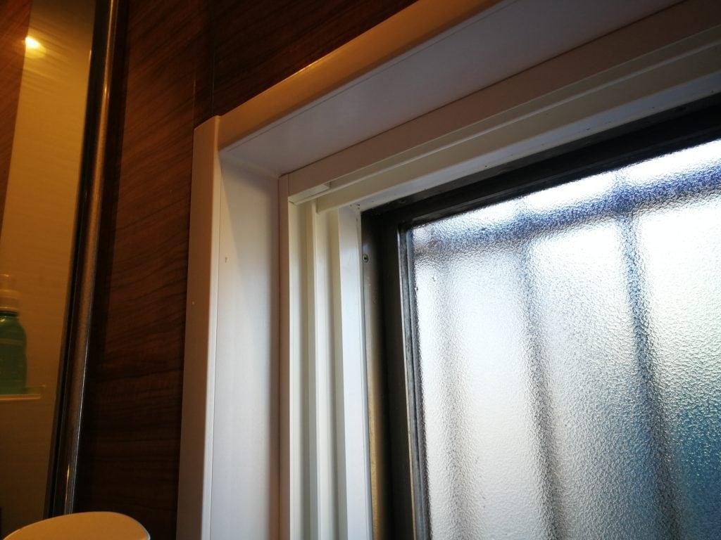 内窓の上枠と左枠の固定