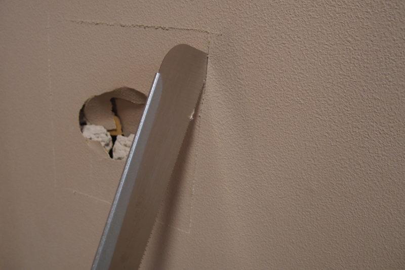 壁の穴 周囲をカット