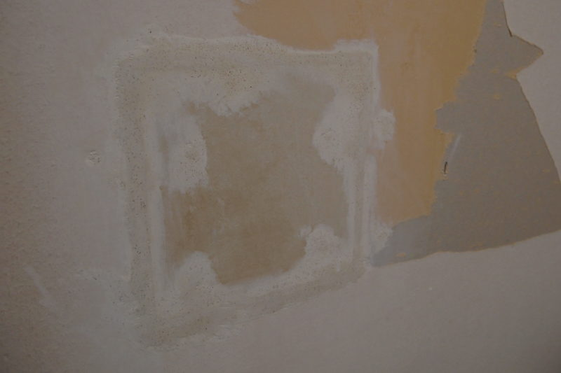 壁の穴 石膏ボードで補修する