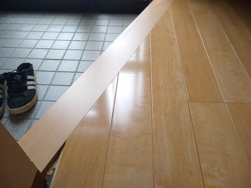 玄関框とフローリング